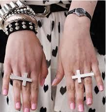 Anel de dois dedos Cruz (preto e prata)